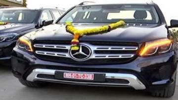 3 कर्मचारियों को मर्सीडीज कारें भेंट